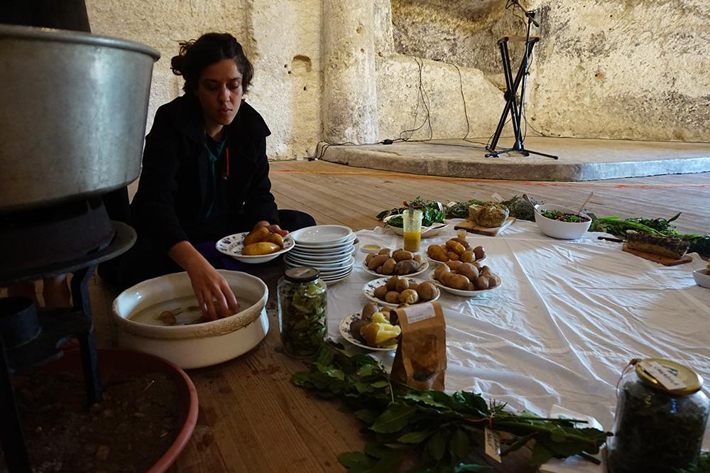 Préparation de la table commune, 28 septembre 2019, chapelle des Cordeliers. Crédit : Et de nos bouches sortent des diamants, des crapauds et des rires